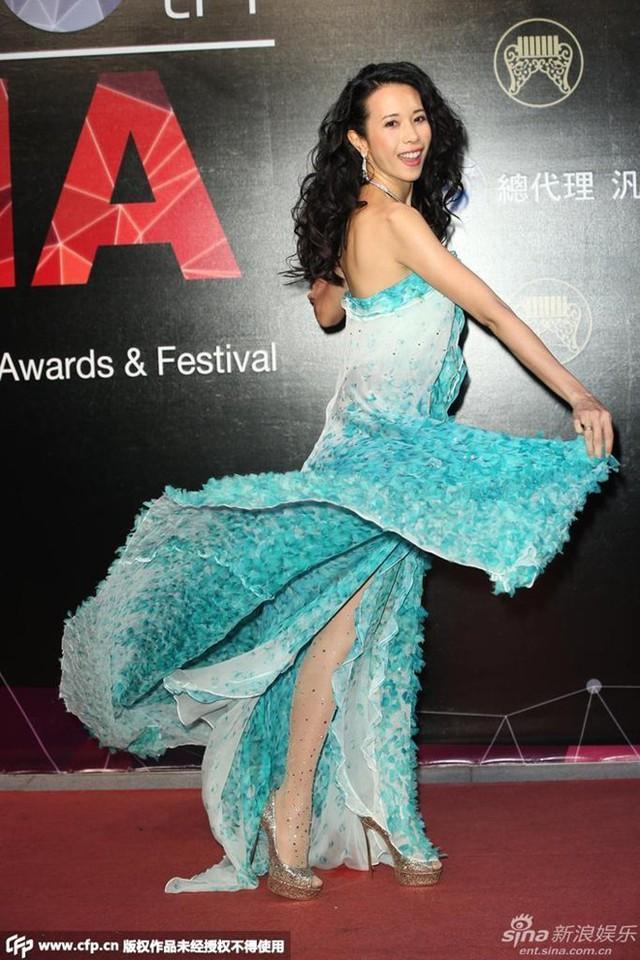 Mạc Văn Úy thướt tha với váy xanh. Cô tiết lộ trong lễ trao giải: