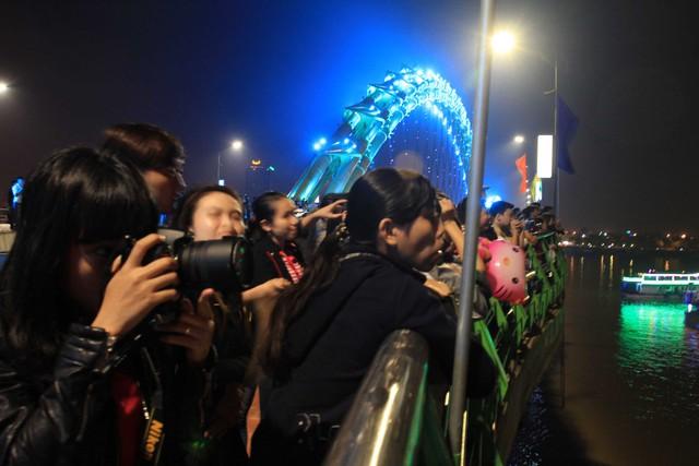 Người xem mãn nhãn với những màn pháo hoa rực sáng trên sông Hàn...
