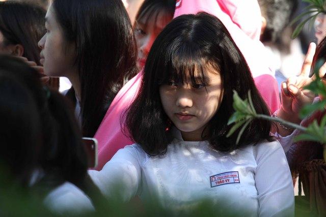 Nhiều nữ sinh đến trường từ sớm, tranh thủ chụp ảnh trước giờ khai giảng...