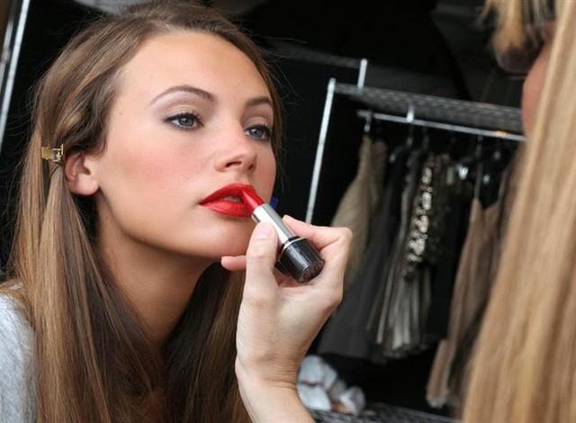 Một tác dụng cực hữu ích khác của son đỏ chính là làm cho da mặt bạn trông sáng trắng hẳn ra. Nếu vẫn ngại các loại son đỏ quá nóng và nổi bật, bạn có thể chọn son bóng màu này để trông thật quyến rũ, tươi tắn mà vẫn không quá rực rỡ.