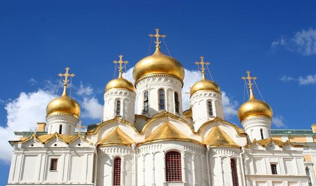 VThánh đường Annunciation, Moscow, Nga: Thánh đường này nằm ở phía tây quảng trường Cathedral, điện Kremlin, Nga. Điểm nổi bật nhất của thánh đường là 9 mái vòm dát vàng với các thánh giá trang trí trên nóc mái vòm được đúc từ vàng khối. Thánh đường được xây bằng gạch, ốp đá vôi trắng. Các cánh cửa bằng đồng dẫn vào nhà thờ cũng được dát vàng.