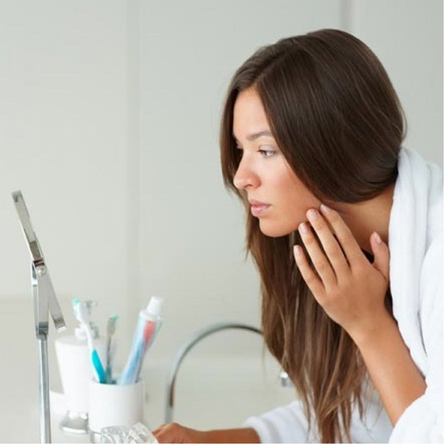 5. Tránh sờ nặn mụn. Đây chính là lúc thích hợp để bạn lên quyết tâm từ bỏ thói quen xấu này. Chạm tay quá thường xuyên lên mặt là cách nhanh nhất giúp vi khuẩn, các chất dầu và bụi bẩn lây lan vào da, làm cho tình trạng kích ứng và nổi mụn càng trở nên khó kiểm soát. Nếu tóc thuộc loại nhờn, bạn cần buộc gọn để tránh rơi rớt và tiếp xúc trực tiếp với da mặt.