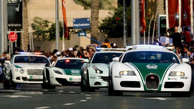 6. Xe cảnh sát siêu sang: Cảnh sát Dubai được trang bị một dàn xe không thể tuyệt vời hơn, gồm Aston Martin, Bentley, Ferrari và Lamborghini.