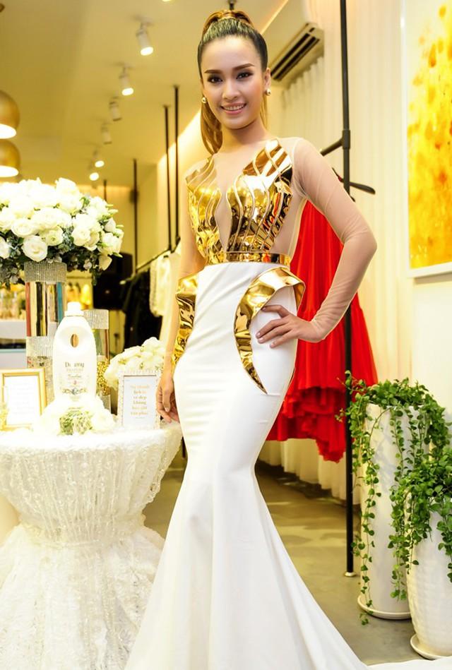 Ca sĩ Ái Phương cá tính trong bộ đầm dạ hội phong cách đuôi cá. Thiết kế nhấn nhá chất liệu ánh kim tại thân áo. Nữ ca sĩ đang bận rộn với cuộc thi Gương mặt thân quen 2015.