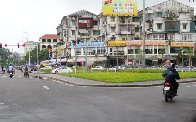 Một phần lòng đường và vỉa hè ở ngã tư Nguyễn Khánh Toàn - Nguyễn Văn Huyên bị trưng dụng làm bãi đỗ xe cho các quán nhậu?