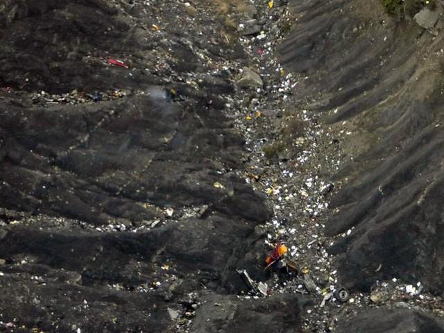 Đống đổ nát và những mảnh vụn từ máy bay nằm rải rác trên một ngọn núi ở dãy núi Anpơ của Pháp.