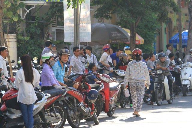 Dù mới sáng sớm nhưng thời tiết ở phố biển Đà Nẵng đã nắng gắt. Dù vậy, nhiều phụ huynh vẫn đứng trước cổng trường các địa điểm thi để chờ con...
