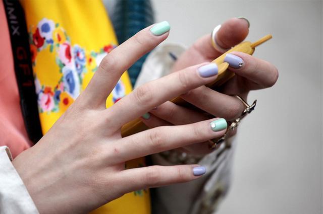 4. Phủ màu cho móng tay. Dù không thu hút người đối diện từ ánh nhìn đầu tiên, nhưng một đôi tay được chăm chút kỹ cũng như được làm điệu bằng các sắc màu nhẹ nhàng, nữ tính sẽ giúp bạn thêm sành điệu, nổi bật và duyên dáng hơn giữa đám đông.