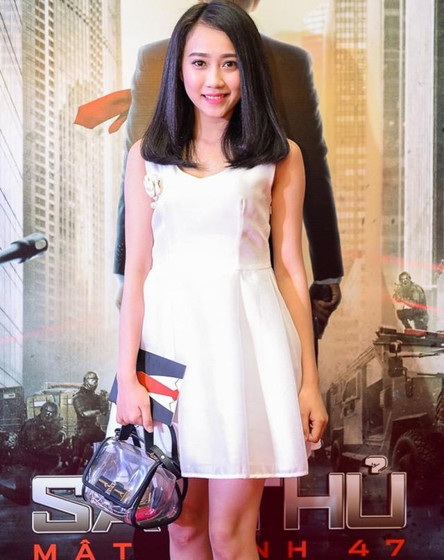 Hồng Loan ghi điểm với gương mặt xinh xắn, nụ cười hiền và trang phục nữ tính. Cô được người hâm mộ biết đến khi đóng cặp cùng ca sĩ Sơn Tùng M-TP trong MV Âm thầm bên em.