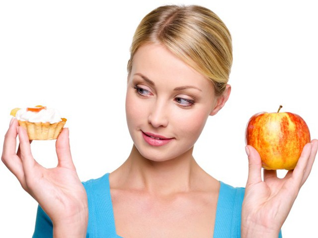 6. Xem lại món ăn, thức uống hàng ngày. Các loại thực phẩm tiêu thụ mỗi ngày có tác động đáng kể đến làn da và mái tóc của bạn. Khi đã bước mùa khô nóng cũng là thời điểm bạn cần quan tâm nhiều hơn đến chế độ ăn của mình. Đồ chiên, xào, thức ăn nhanh… chứa nhiều dầu mỡ có thể làm cho bạn dễ bị mụn trứng cá, mụn mủ…