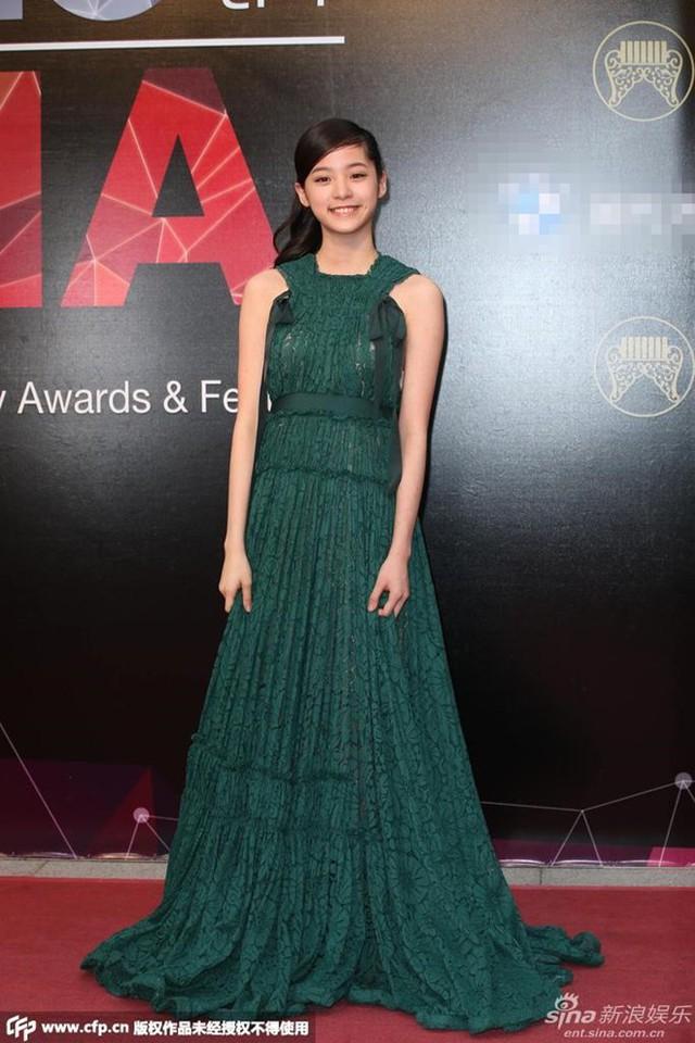 Nữ ca sĩ 15 tuổi Âu Dương Na Na dịu dàng với váy xanh.