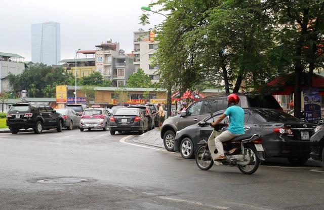 Xe ô tô đỗ kín đoạn đường rẽ từ Nguyễn Khánh Toàn rẽ vào Nguyễn Văn Huyên (kéo dài)