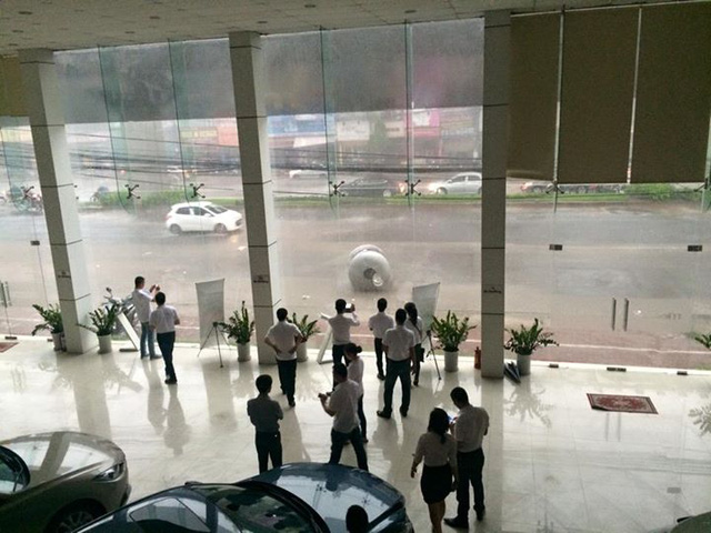 Ở Phùng Khoang, một bồn nước bị gió lốc thổi rơi từ nhà cao tầng xuống.