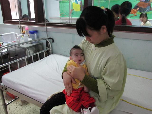 Sinh ra được 7 tháng nhưng cháu Quốc Tuấn đã mang trên mình hàng loạt trọng bệnh và nằm suốt trong bệnh viện