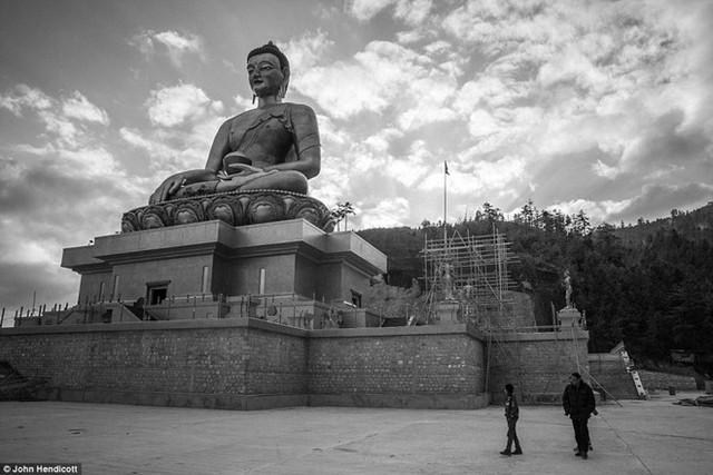Bức tượng Phật Dordenma cao hơn 50 m nằm hướng về phía thung lũng Thimphu. Đây là bức tượng Phật lớn nhất trên thế giới.