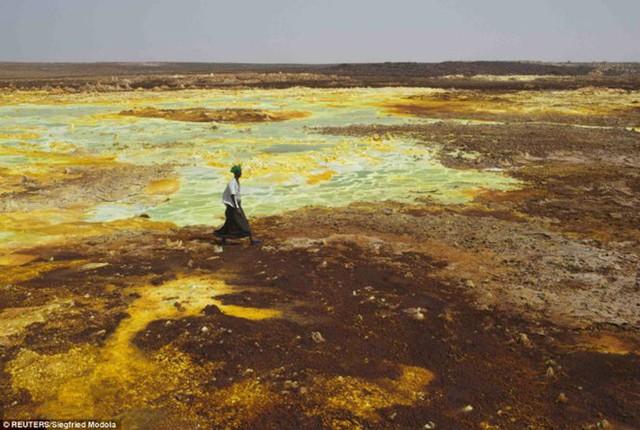 Người bán muối di chuyển trên địa hình gồ ghề để tới các mỏ giàu khoáng sản ở Dallol.
