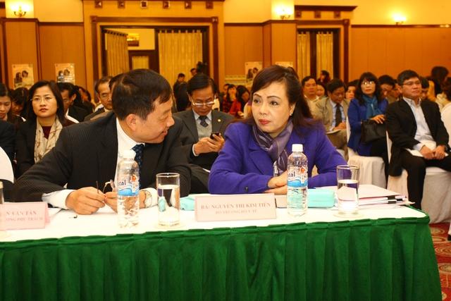 Bộ trưởng Bộ Y tế Nguyễn Thị Kim Tiến trao đổi cùng Nguyên Tổng cục trưởng Tổng cục DS-KHHGĐ - TS Dương Quốc Trọng