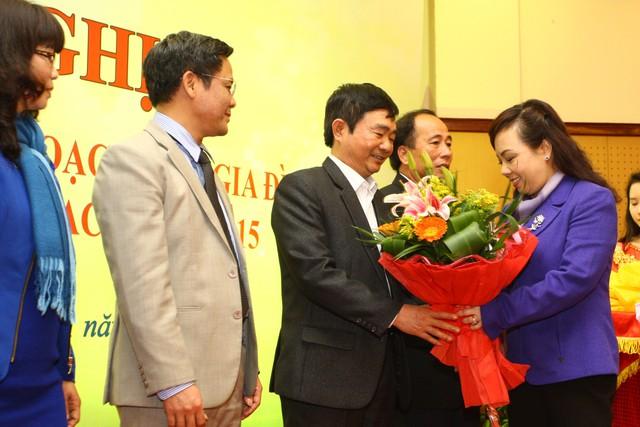 Bộ trưởng Bộ Y tế trao hoa và Cờ thi đua cho đại diện các tập thể thuộc Tổng cục DS-KHHGĐ