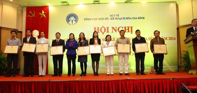 Có 7 tập thể nhận Cờ thi đua, 10 tập thể nhận Bằng khen của Bộ trưởng Bộ Y tế vì đã thành tích xuất sắc trong thực hiện nhiệm vụ, kế hoạch công tác DS-KHHGĐ năm 2014