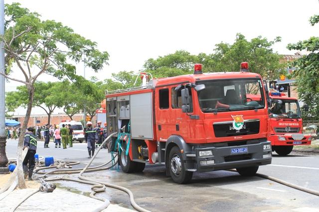Hàng chục xe cứu hỏa cùng hàng trăm cán bộ, chiến sỹ tiếp cận hiện trường vụ cháy