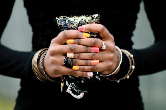 Ngoài những gam màu pastel ngọt ngào như hồng, tím…, hoặc cổ điển như nude, nâu, be, xám nhạt…, bạn có thể chọn những màu nóng tươi tắn cam, vàng, xanh cốm… hay tạo kiểu chấm bi, kẻ sọc xinh xắn để tạo điểm nhấn độc đáo cho các kiểu trang phục đơn giản, đơn sắc.