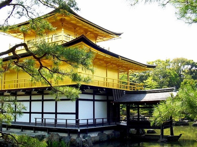 Gác Vàng có ba tầng soi bóng xuống ao Kyoko-chi (Kính Trì hay ao Gương), trong đó hai tầng trên được dát vàng sáng rực rỡ. Màu vàng của Kim Các Tự nổi bật giữa màu xanh của cây cối và nước ao.