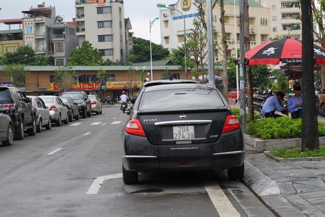Thiếu không gian nên lòng đường, vỉa hè được các quán nhậu trưng dụng làm bãi đỗ xe