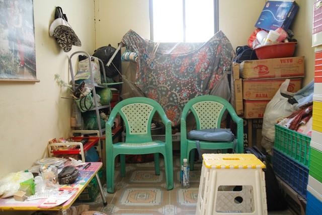 Căn nhà nhỏ xíu, chứa đầy đồ đạc cũ kỹ, lỉnh kỉnh