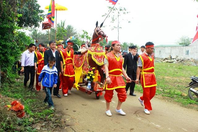 Lễ rước voi, rước ngựa. Quan niệm của người dân biển, voi và ngựa là 2 vật biểu trưng cho may mắn, bình an và tài lộc