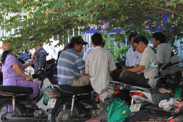 Do thời tiết ngày càng nắng nóng, đến khoảng 9h, nhiều phụ huynh tìm bóng cây để núp, chờ con thi