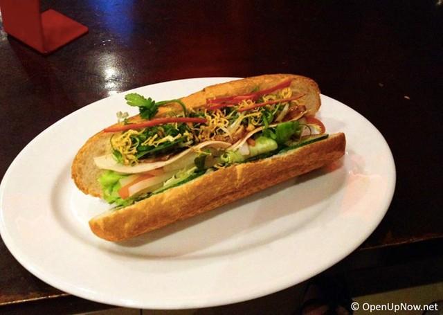 9. Bánh mì: Bánh mì Việt Nam được coi là một trong những món ăn đường phố ngon nhất thế giới, với vỏ bánh giòn, nhân thịt nướng, pa tê, dưa chuột, rau thơm và sốt trứng gà.