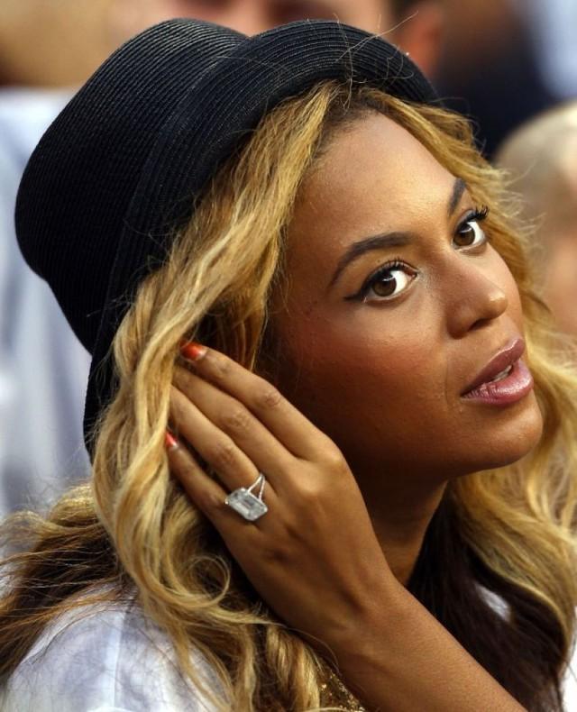 Beyonce - 5 triệu USD. Bạn tò mò muốn biết, Jay-Z đã làm như thế nào để chinh phục người đẹp Beyonce? Một trong những bí quyết quan trọng nhất có lẽ là chiếc nhẫn bạc tỷ cực kỳ sang trọng mà chàng trao cho nàng