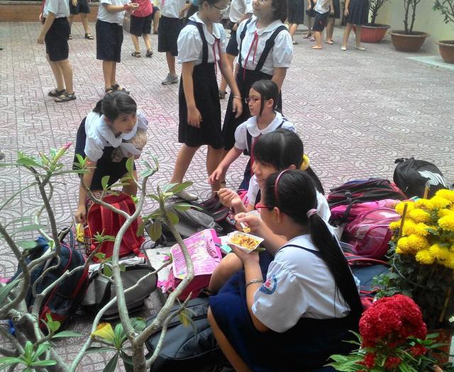 Học sinh trường tiểu học Nguyễn Thanh Tuyền giờ tan học chiều 4/3.