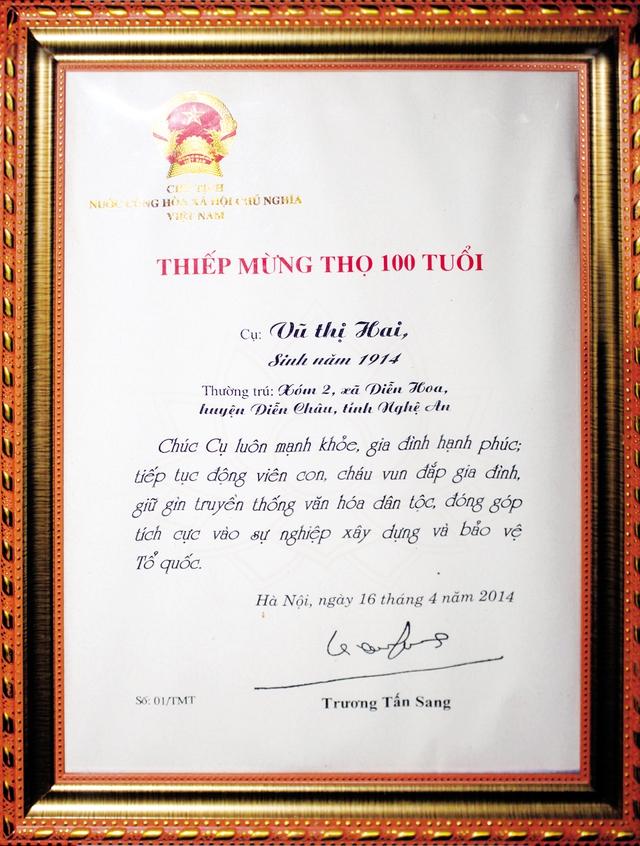 Thiệp mừng thọ do Chủ tịch nước Trương Tấn Sang gửi mừng  cụ bà Vũ Thị Hai tròn 100 tuổi.  Ảnh: HTL