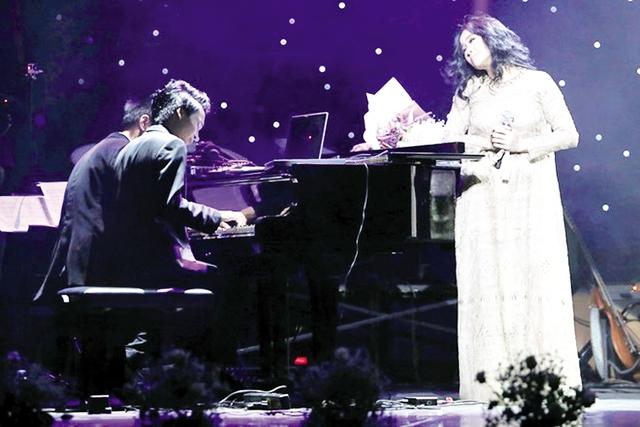 Đăng Quang đệm đàn cho mẹ Thanh Lam hát trong đêm nhạc của ông ngoại Thuận Yến được tổ chức vào năm 2014 (ảnh nhân vật cung cấp).