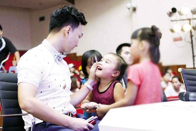 """MC Thành Trung trò chuyện cùng con gái Vi An trong hậu trường """"Young Hit Young Beat"""". Ảnh: HTL"""