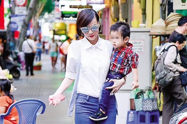 Cựu người mẫu Dương Yến Ngọc và con trai. Ảnh: TL