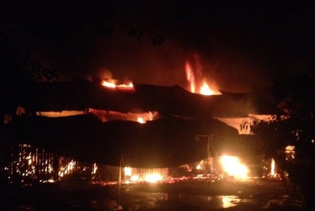 Ngọn lửa bùng lên dữ dội thiêu rụi khoảng 10 gian hàng tại chợ Ba Đồn trong đêm