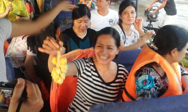 Không cưỡng lại được sự sung sướng, nhóm nữ du khách đã bổ mít ngay trên thuyền để cùng nhau thưởng thức.