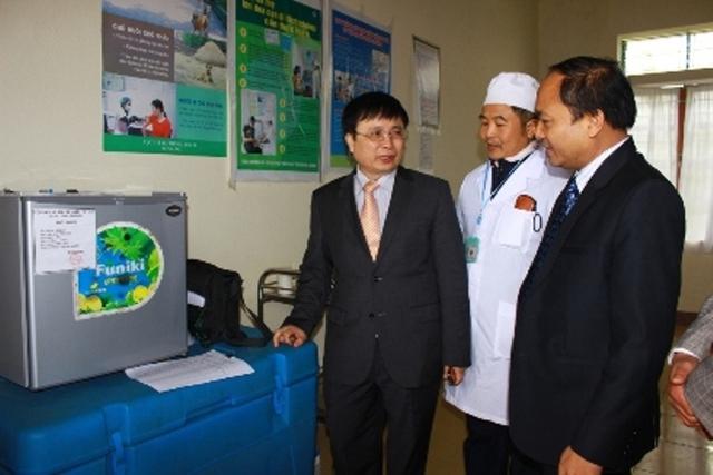 Các đại biểu tham quan điểm triển khai dịch vụ trại Trạm y tế xã Quang Thành, Yên Thành
