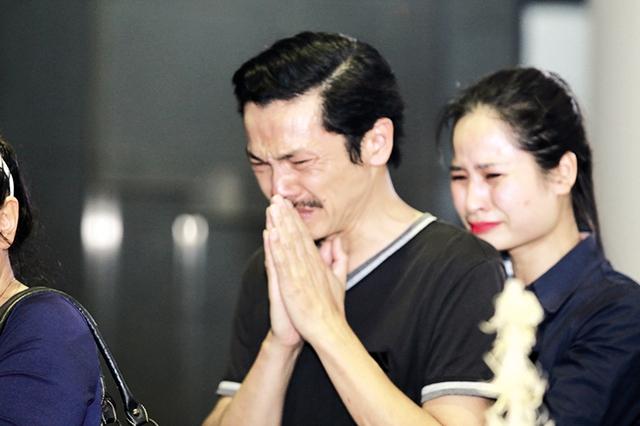 NSƯT Trung Anh nghẹn ngào bên linh cữu của người anh mà anh hết mực kính trọng. Ảnh: HTL