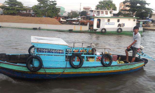 Tiếp đó, ghe chuyên cung cấp đủ loại nước uống cũng ghé mạn thuyền khách để chào hàng.