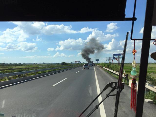 Đám cháy xảy ra dưới cái nắng như thiêu đốt trên địa phận huyện Thường Tín. (Ảnh otofun)