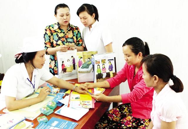 Cán bộ dân số tỉnh Bình Định hướng dẫn ngư dân các biện pháp tránh thai an toàn, hiệu quả. Ảnh: Dương Ngọc