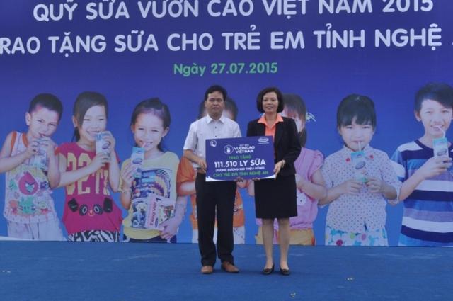 bà Bùi Thị Hương, Giám đốc Điều hành Công ty Cổ phần Sữa Việt Nam đã trao tặng  sữa và học bổng cho học sinh là con em gia đình chính sách