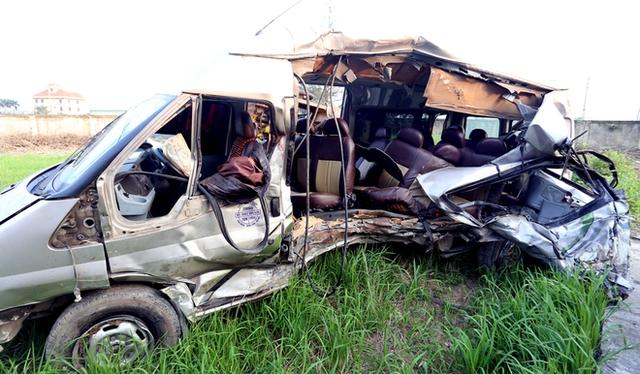 Xe khách 16 chỗ nát tươm sau vụ tai nạn. (ảnh VNE)
