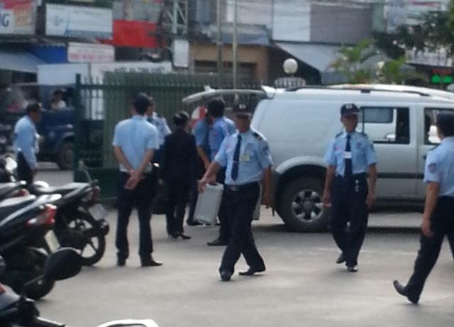 An ninh được thắt chặt ngay cổng chính ra vào bệnh viện. Ảnh Đức Hoàng