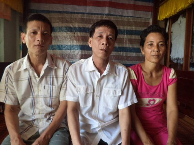 Ông Phạm Văn Lé (giữa) cùng vợ và em trai (ông Lến) được minh oan sau 2 năm trong trại tạm giam.