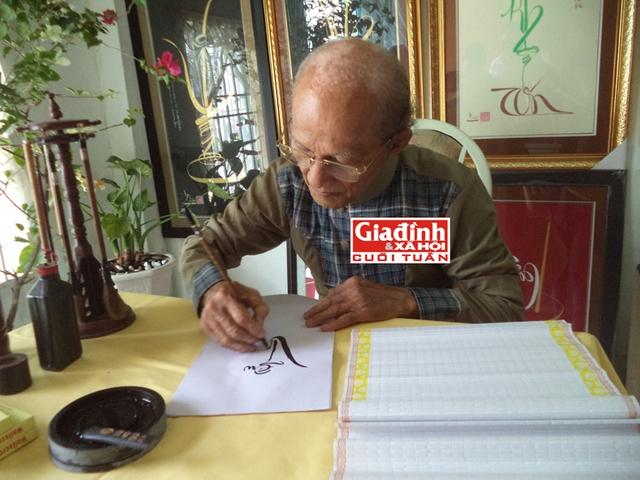 Ông đồ Viên Ngộ đang viết thư pháp.