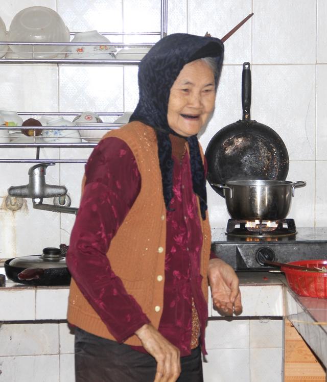 Ở tuổi 80, bà Thịnh vẫn đảm đương công việc làm dâu.